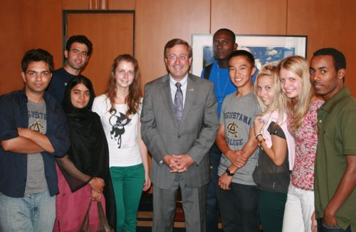 Sioux Falls Mayor Mike Huether with Augustana International students